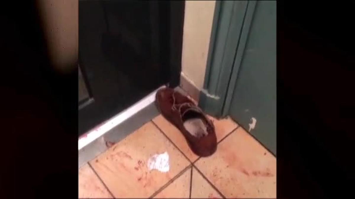 Así encontraba su casa un vecino que vive cerca de la discoteca Bataclán. Todo el portal cubierto de manchas de sangre. Fuera, en la calle, un ir y venir de camillas, heridos y ambulancias.