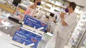 Test de antígenos en una farmacia de la calle de Llull, en el Poblenou, en Barcelona.