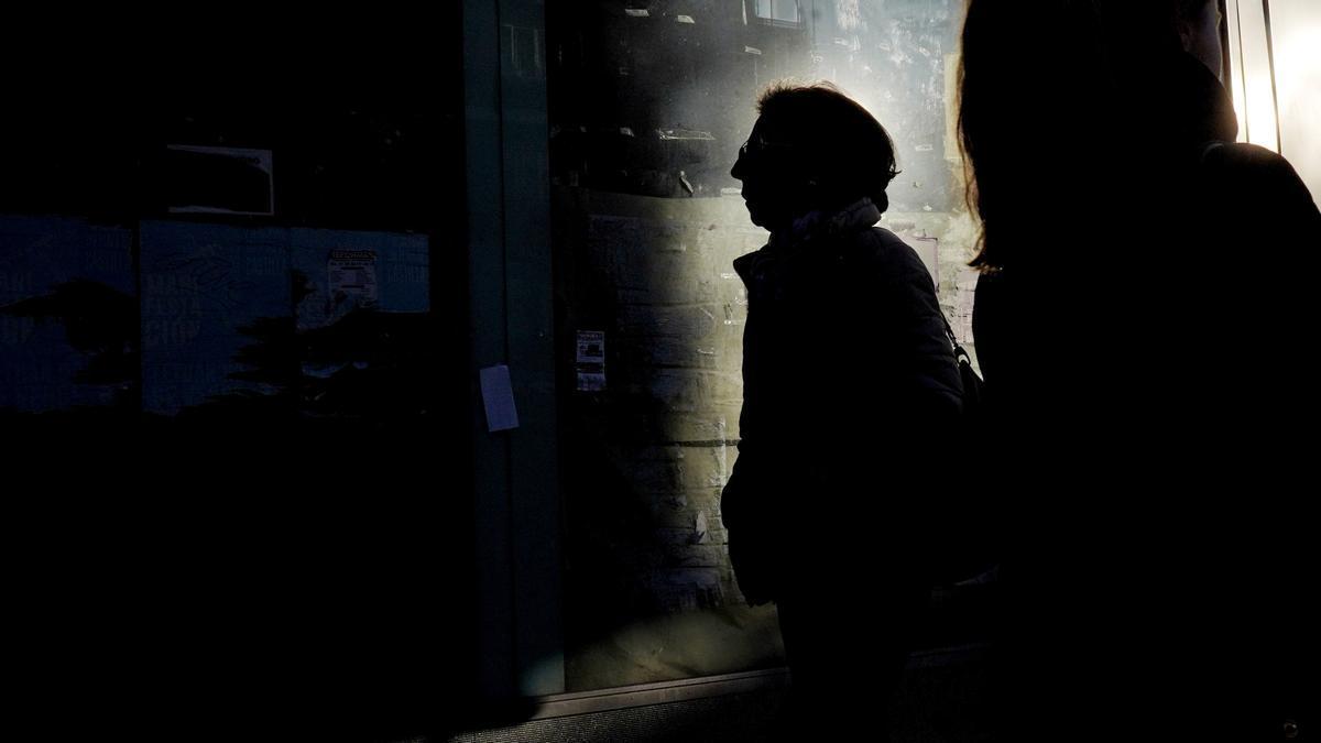 Una mujer camina por una calle del centro de la ciudad.