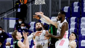 Birgander y Dimitrijevic pelean por un balón con Garuba y Poirier