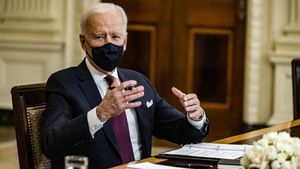 El presidente Joe Biden habla con beneficiarios de las ayudas por covid en Washington.