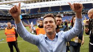 Rubi saluda a los aficionados tras lograr el pase a la Europa League.