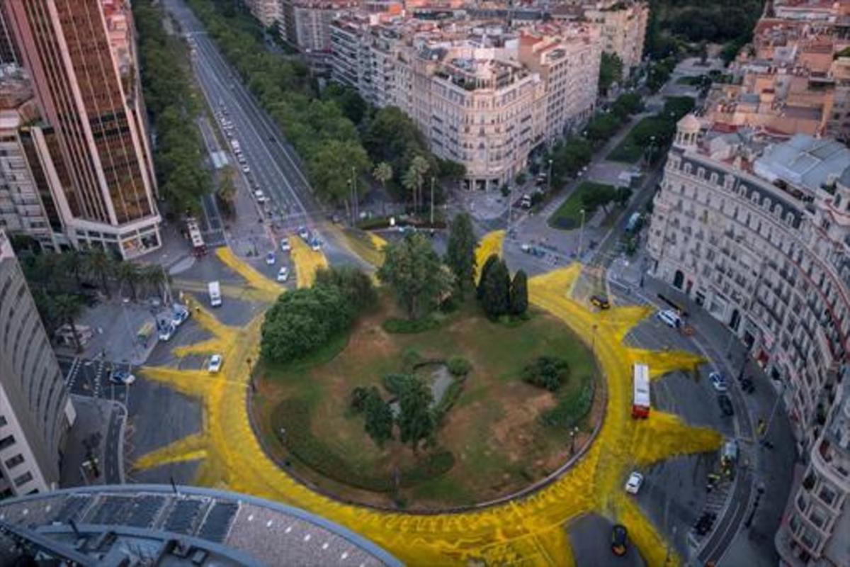 Greenpeace dibujó un gran sol contra el cambio climático en la plaza de Francesc Macià.