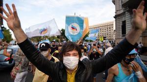 El economista y miembro del partido ultra argentino Vamos, el pasado mes de febrero en una manifestación contra el Gobierno.