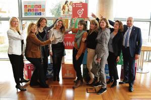 Directivas y trabajadoras del Consorci de la Zona Franca, junto a Pere Navarro, reivindican la igualdad de género.