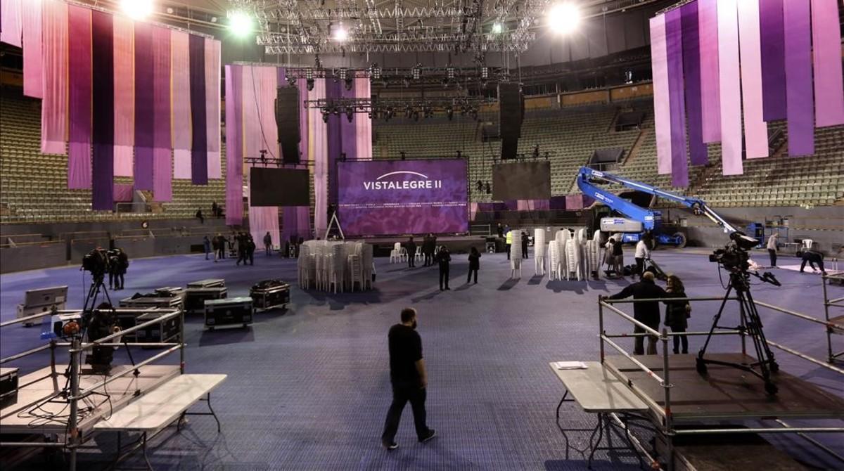 El pabellón de Vistalegre (Madrid) en pleno montaje, este viernes, para la segunda asamblea ciudadana de Podemos.