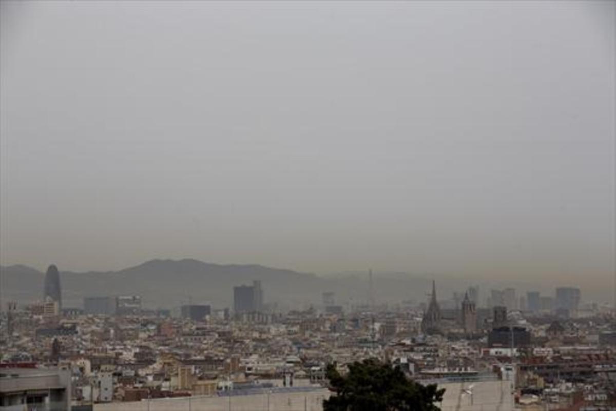 Una neblina de contaminación cubre Barcelona el pasado 23 de febrero.