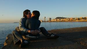 Una pareja se besa en Barcelona.
