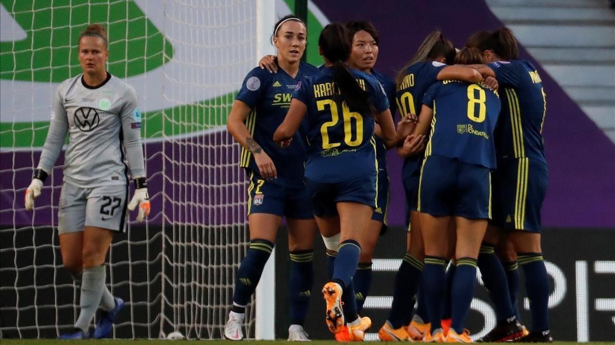 Las jugadoras del Lyon celebran uno de los tres goles de la final.