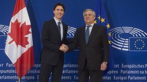 Trudeau (izquierda) posa con Antonio Tajani, presidente del Parlamento Europeo, a su llegada a Estrasburgo (Francia), este jueves.