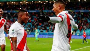 El capitán de Perú Paolo Guerrero anotó el tercer gol de su selección.