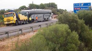 Un accidente frontal entre un autocar y un turismo ha causado un muerto y nueve heridos de diversa consideración, en el kilómetro 328 de la AP-7, a la altura de Amposta (Montsià).