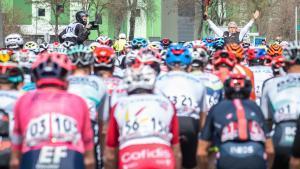 El pelotón, justo en el instante en el que se da la salida a la quinta etapa de la Volta 2021 en La Pobla de Segur.