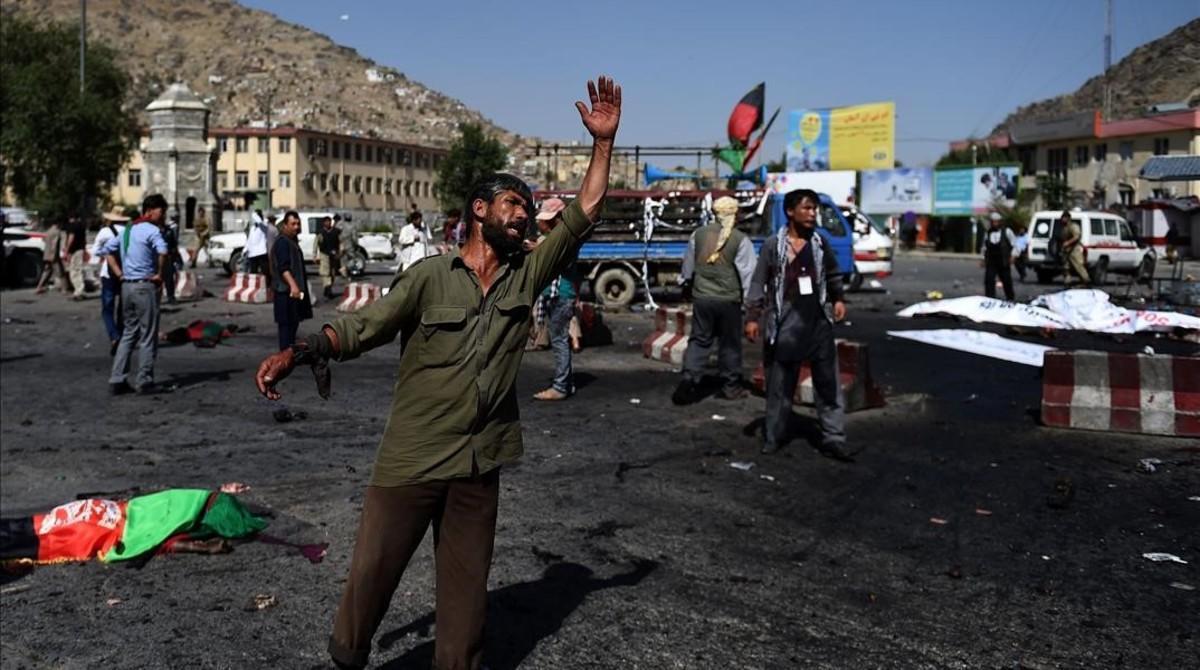 Un manifestante afgano grita cerca de la escena del ataque suicida contra la minoría hazara, en Kabul, este sábado.