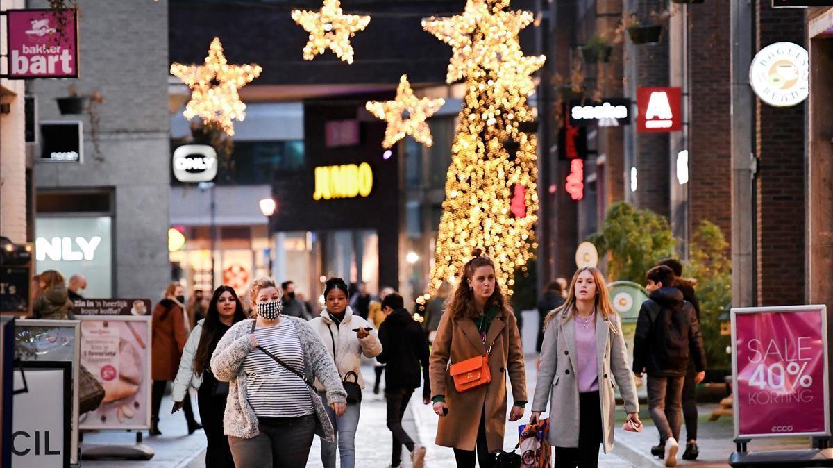 Gente de compras este lunes en la ciudad neerlandesa de Venlo, poco antes de que se anuncie el cierre total de Países Bajos hasta el próximo 19 de enero