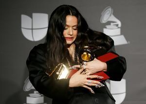 Rosalía, con los tres gramófonos mayores que cosechó en los Grammy Latinos.