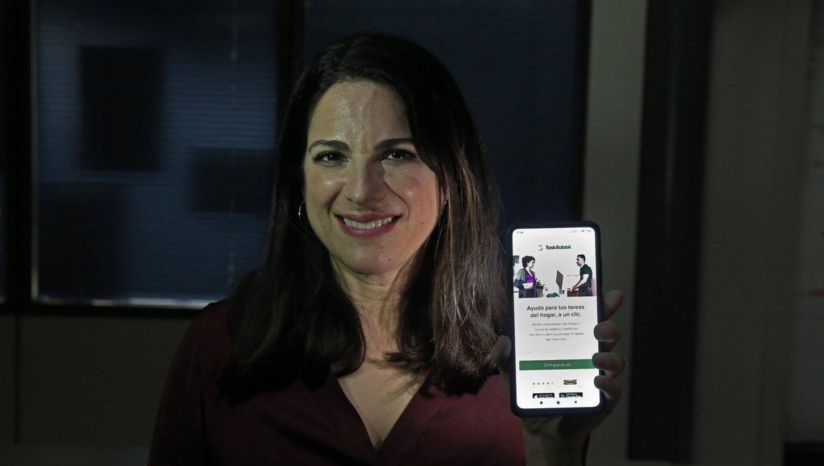 La presidenta de Taskrabbit, Sarah Rose, mostrando la aplicación móvil.