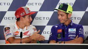 Momento en que Valentino Rossi, a la derecha, niega el saludo a Marc Márquez, en Misano-2018.