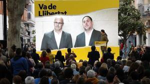 Oriol Junqueras y Raül Romeva intervienen por videoconferencia desde la prisión en un acto electoral de ERC en Cambrils, el pasado 21 de abril.
