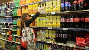 El consum de refrescos ensucrats cau un 25% a Catalunya després de l'impost