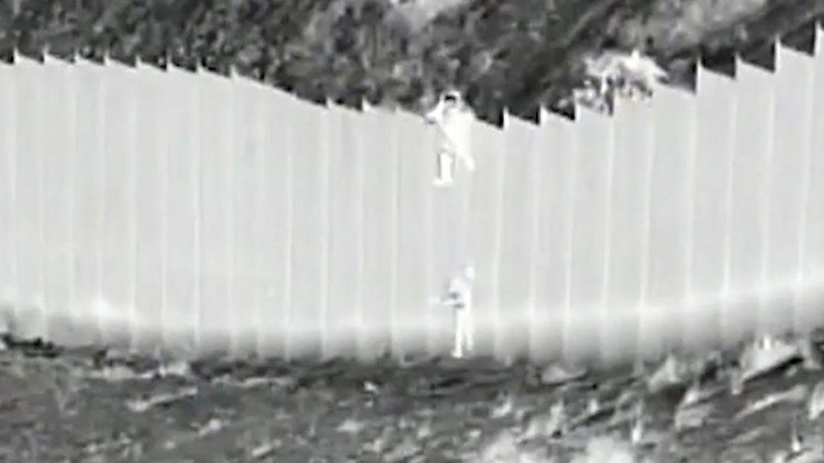 Dues nenes de 3 i 5 anys, llançades pel mur que separa els Estats Units i Mèxic