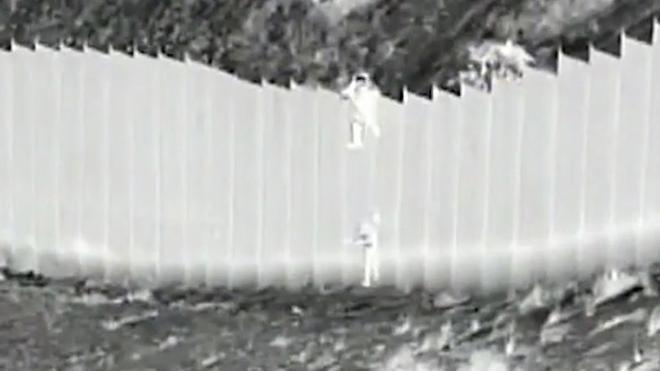 Un traficante de personas deja caer a dos niñas migrantes desde lo alto de la valla fronteriza en Nuevo México