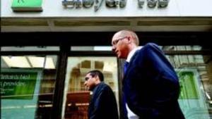 Transeúntes ante una oficina del Lloyds TSB en el centro de Londres, el pasado enero.