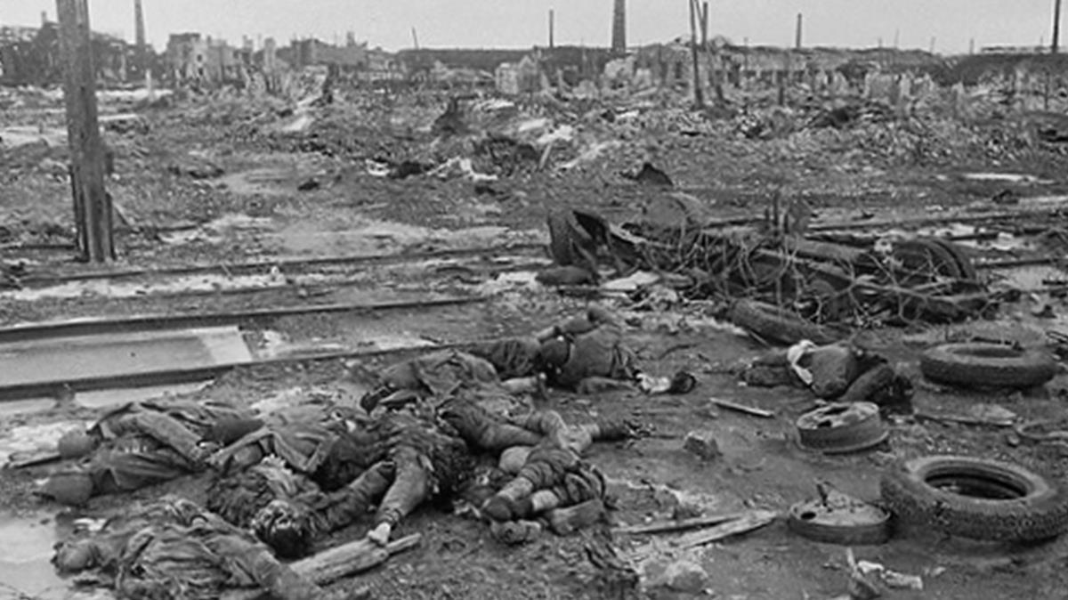 Cadáveres tras la batalla, en Stalingrado, en una imagen del libro de Jochen Hellbeck.