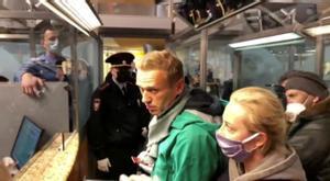 El abogado de Navalni denuncia que no le permiten hablar con su cliente. En la foto, Navalni en el momento de ser detenido tras aterrizar en Moscú.