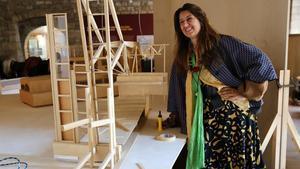 Benedetta Tagliabue  ante una de las maquetas de proyectos del estudio Miralles Tagliabue que se exhibirán en el Saló del Tinell a partir del próximo miércoles.