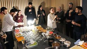 Esther y Marc (de blanco), ideólogos de Gastroshows, ejercen de anfitriones en una cena clandestina.