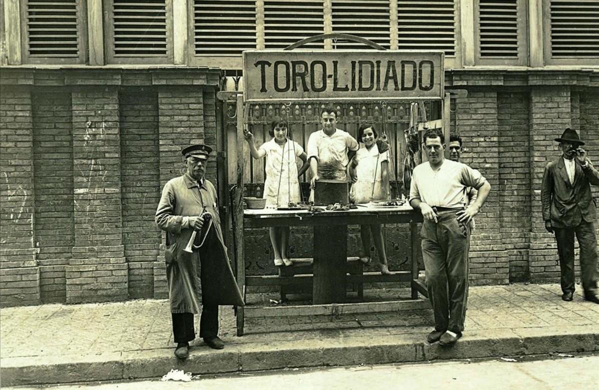 Parada de carne de toro de la familia Batllori en el mercado de la Barceloneta, en 1930.