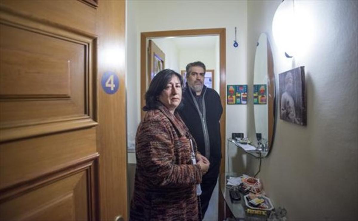 9.51 h.3 Lourdes García y Antonio Yubero esperan el desahucio.
