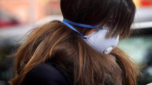 Una mujer en el Palacio de Hielo de Madrid, convertido en una morgue, el pasado día 24 de marzo.