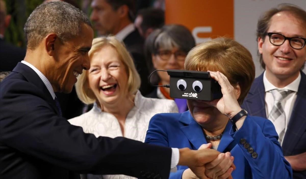Barack Obama y Angela Merkel bromean con un dispositivo de realidad virtual, en una feria de tecnología en Hanóver.