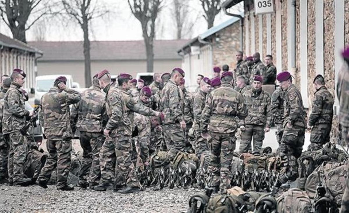 Soldados franceses, preparados para salir a patrullar, este martes en Versalles.