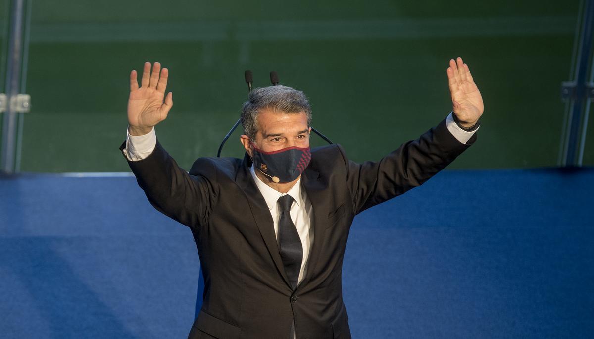 Laporta saluda en la tribuna del Camp Nou tras ser elegido presidente del Barça.