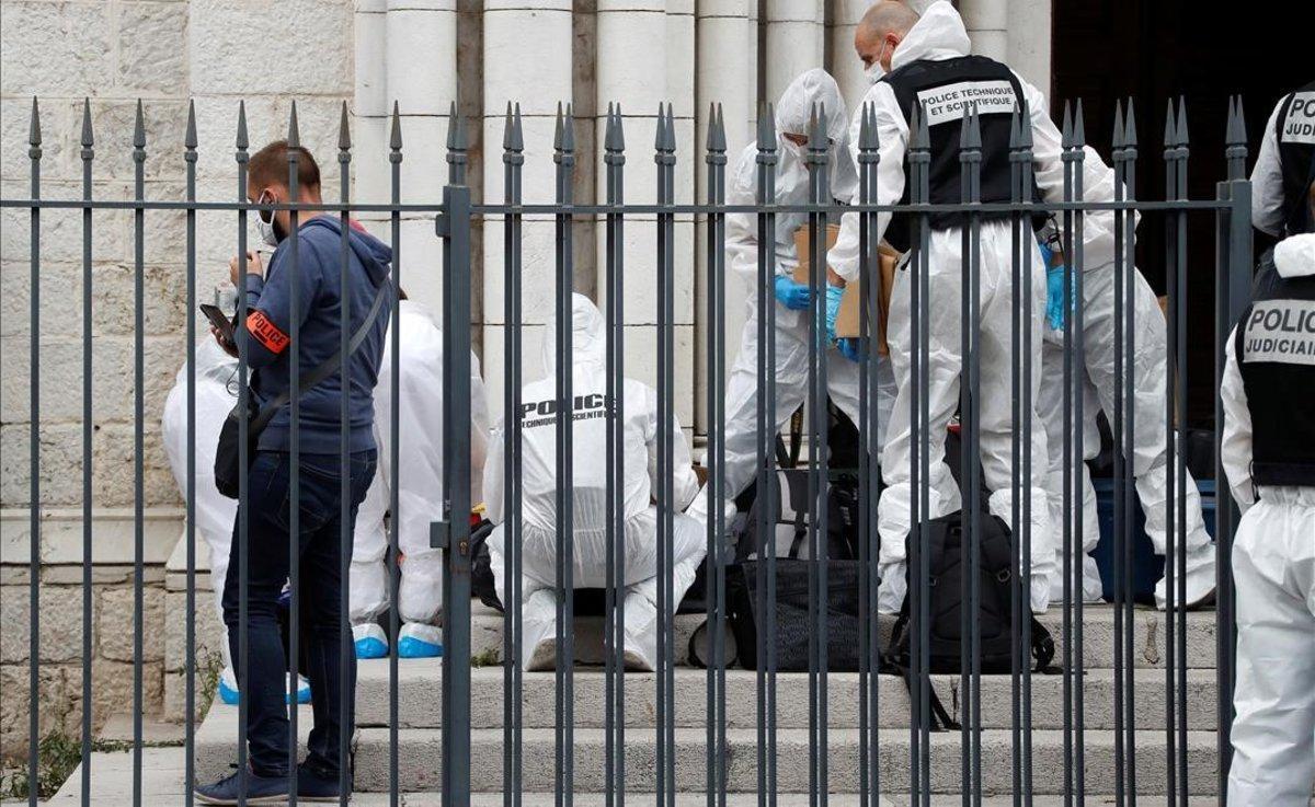 Un forense investiga la escena del crimen en la catedral de la ciudad francesa de Niza.