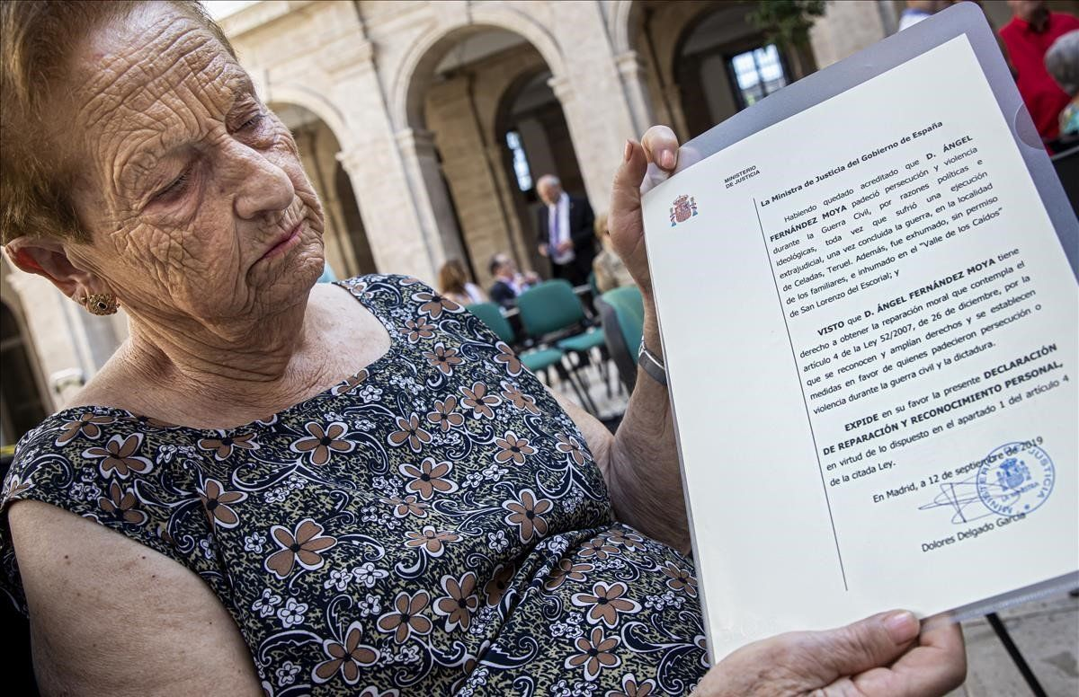 Antonia Fernández Moya con el certificado de reparación que recibió esta semana de mano de la Ministra de Justicia.