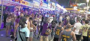 Turistes britànics recorren un transitat carrer de Punta Balena, a Magaluf, el mes de juliol passat.