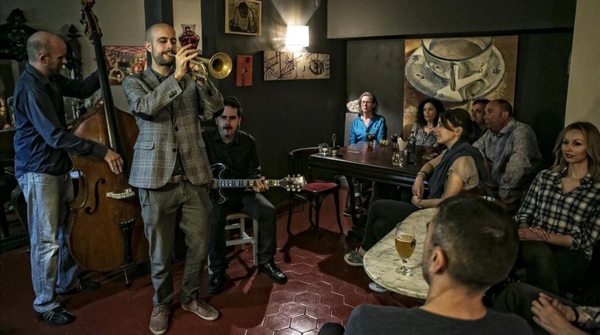 Concierto de Pol Omedes Trio en el restaurante Gurqui, al que asistieronuna veintena de miembros del grupo Barcelona Gratis.
