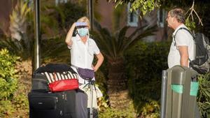 Turistas en las inmediaciones de un hotel en Tenerife