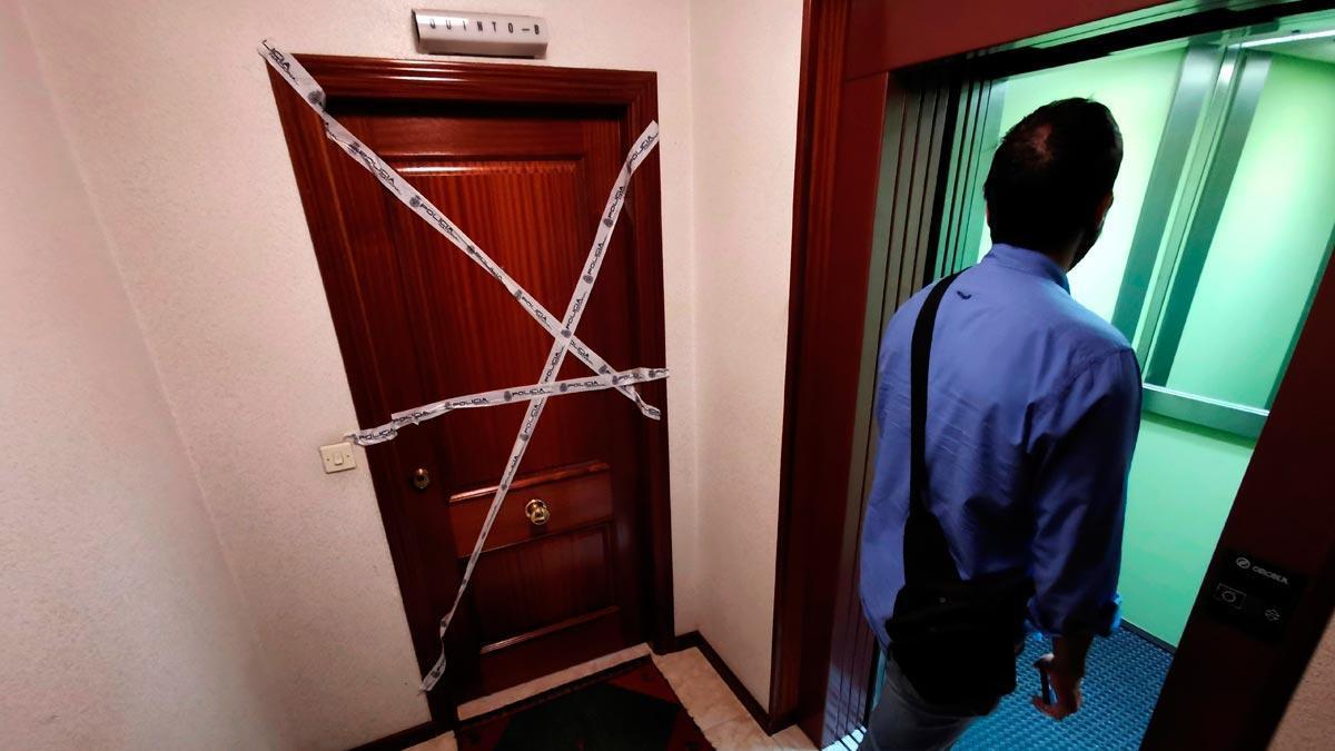 Una mujer es asesinada a puñaladas en A Coruña. En la foto, la puerta del domicilio de la fallecida, en la calle Juan Darriba.