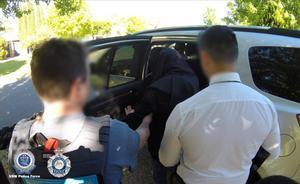 Las autoridades de Australia detienen a un supremacista por incitar a cometer atentados.