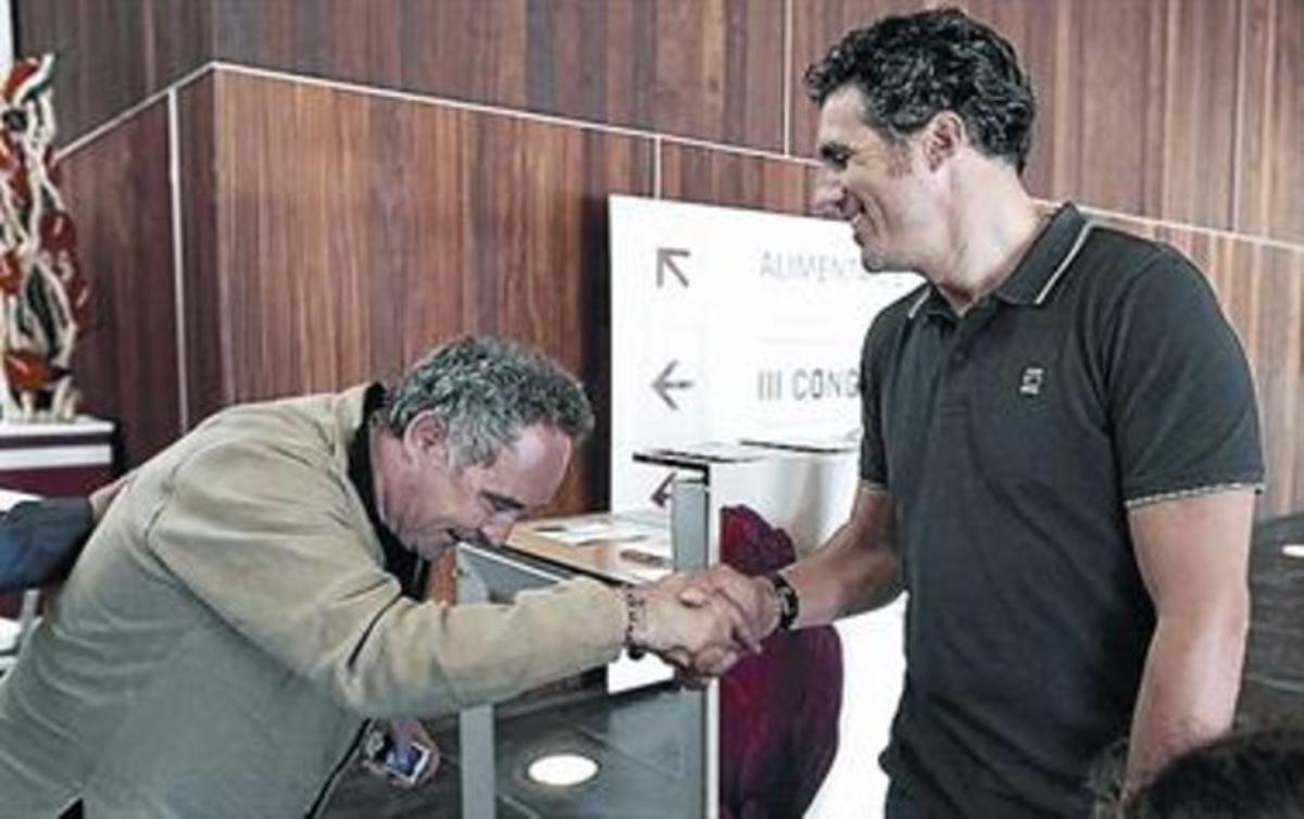 Ferran Adrià fa  la reverència a Miguel Indurain