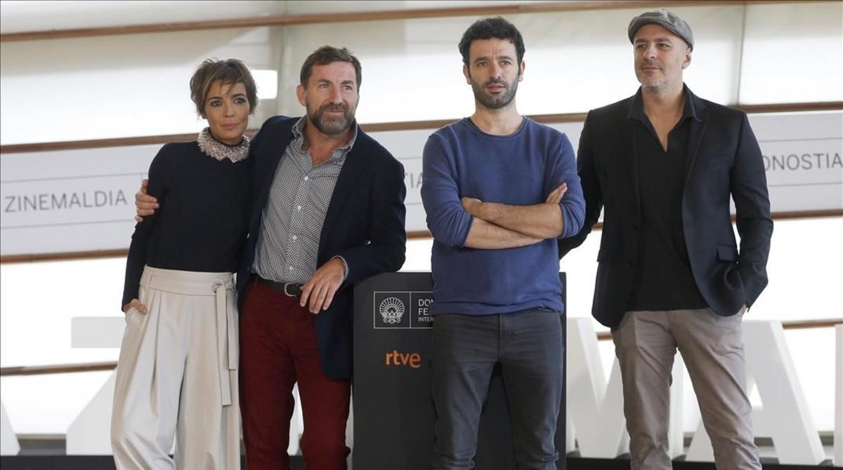 Rodrigo Sorogoyen (segundo por la derecha), junto a los actores de 'Que Dios nos perdone': María Ballesteros, Antonio de la Torre y Roberto Álamo (con gorra), en San Sebastián.