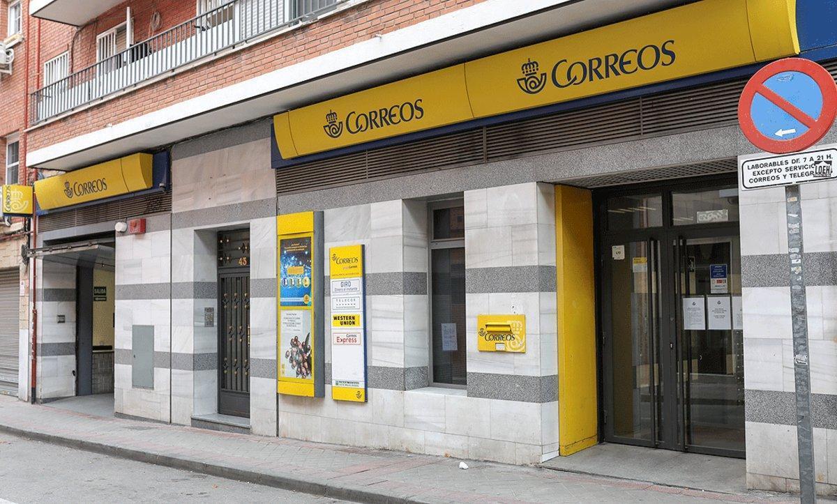 Oficina de Correos cerrada, este lunes, en Madrid.