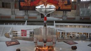 La réplica del bombardero soviético Túpolev SB-2, conocido como 'Katiuska, que forma parte la instalación 'Aeronàutica [vol] interior', en el MNAC.
