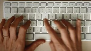 Imagen de archivo de una persona usando un teclado de ordenador