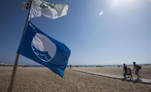 Bandera azul en la playa de Segur de Calafell, en una imagen de archivo.